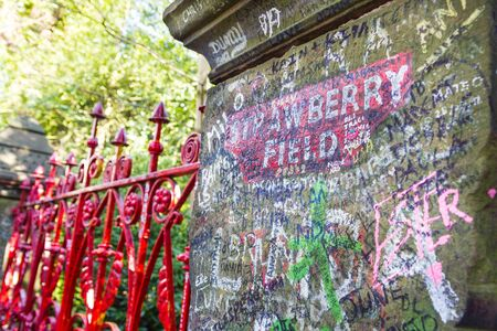 Strawberry Field gate in Beaconsfield Road in Woolton, Liverpool Standard-Bild