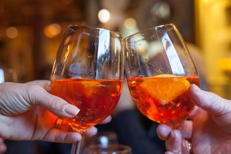 スプリッツ、典型的なイタリアのカクテルで乾杯します。 写真素材