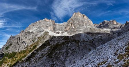 Ehrfürchtige hohe Dolomitengipfel, reich an Zinnen und Türmen, Südtirol, Italien Standard-Bild