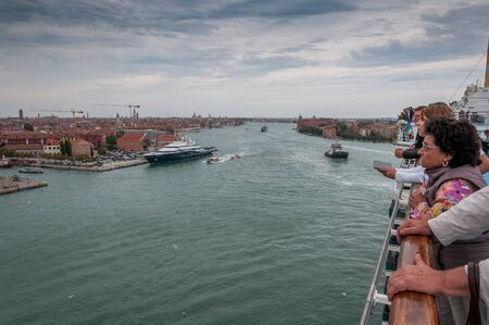 Top paddle of cruise ship with passengers observing Giudecca Channel, Venice 版權商用圖片 - 133324252