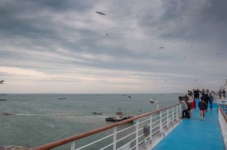 Top paddle of cruise ship with passengers observing seagulls and Venice lagoon 版權商用圖片 - 133324254