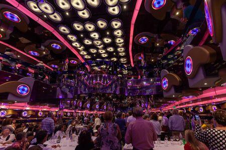 Passengers celebrating in the restaurant of cruise ship 版權商用圖片 - 133324272