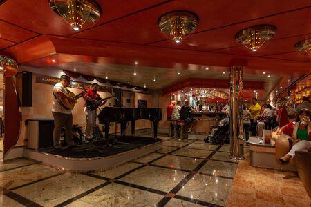 Passengers celebrating in the Costa Deliziosa cruise ships pian bar 新聞圖片