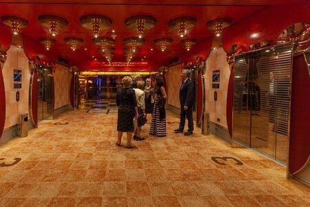 Passengers in the lift corridor of Costa Deliziosa cruise ship 版權商用圖片 - 133324428