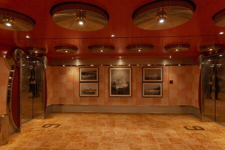 Lift corridor of Costa Deliziosa cruise ship with photos of old ships on wall 版權商用圖片 - 133324429