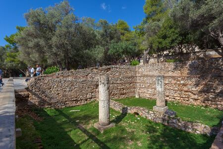 Tourists near ruins of an ancient temple in the Acropolis Éditoriale