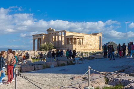 Tourists take photos of Erechtheion, temple dedicated to goddess Athena Poliade Banque d'images - 133324545