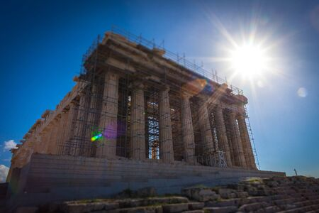 Tilt shift effect of the Parthenon with the rays of the sun in the background Foto de archivo