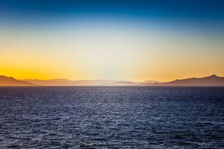 Spektakuläre Silouhette auf den Inseln des Saronischen Golfs bei Sonnenuntergang