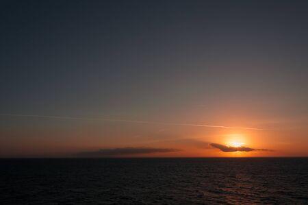 Merveilleux ciel coloré avec des nuages pendant le coucher du soleil sur la côte Adriatique, Pouilles, Italie. Concept : panorama spectaculaire, tranquillité, sérénité, inspiration