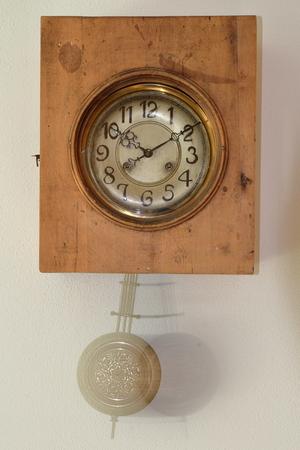reloj cucu: reloj de cuco de la vendimia con el péndulo se mueve Foto de archivo