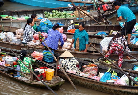 can tho: CAN THO, VIETNAM - MARCH 17, 2016 People at the traditional flooting market on the Mekong River near the city of Can Tho in the Mekong Delta in Vietnam