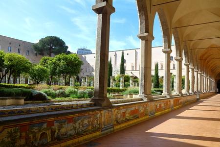 サンタ ・ キアラ教会の回廊、ナポリ、イタリア