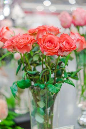 rosas naranjas: rosas de color naranja en el florero Foto de archivo