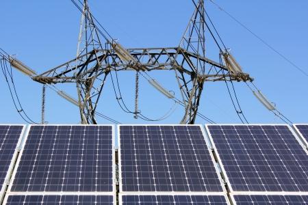 Panel Solarstrom Pylon Standard-Bild - 13986945
