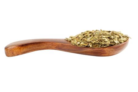 yerba mate: Yerba mate en un bote de madera no contra el fondo blanco