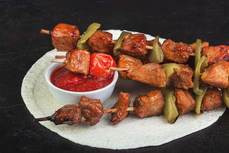 Pork barbekbyu with tomatoes, peppers and pita sauce Stockfoto