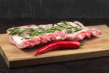 Pork ribs with rosemary and hot pepper on the board Zdjęcie Seryjne