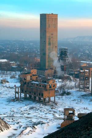 Teller auf einem Kohlebergwerk in der Stadt im Winter Standard-Bild - 29285543