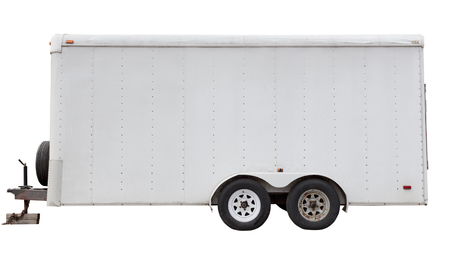 Zijaanzicht van geïsoleerde witte aanhangwagen met vier wielen. Stockfoto
