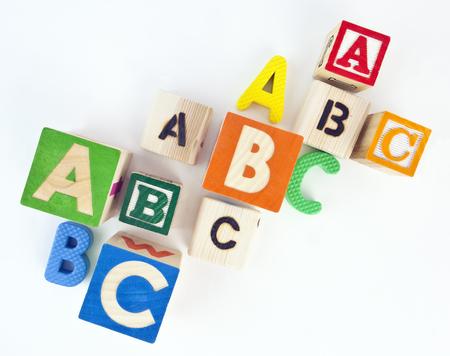 様々 なカラフルな ABC のアルファベットのブロックを見下ろす。分離されました。