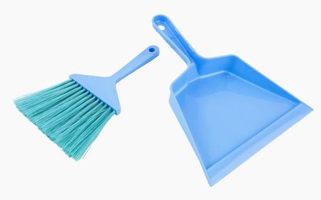 Eenvoudige goedkope plastic stoffer en handbezem. Geïsoleerd.