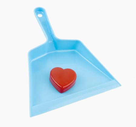 Eenzaam Valentijns hart in een blauwe stofpan. Geïsoleerd Stockfoto