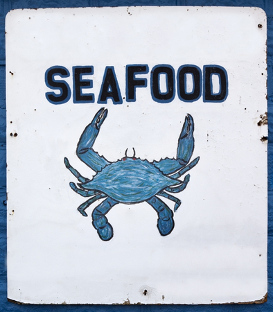 Handmade SEAFOOD sign with Chesapeake Bay blue crab. Stok Fotoğraf