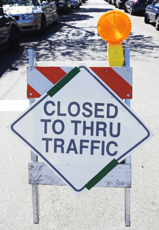 CLOSED TO THRU TRAFFIC sign. Vertical. Imagens