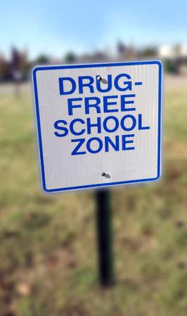 Shallow focus on DRUG-FREE SCHOOL ZONE sign. Vertical. Foto de archivo