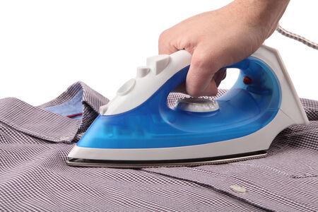 Planchar una camisa con una plancha de vapor