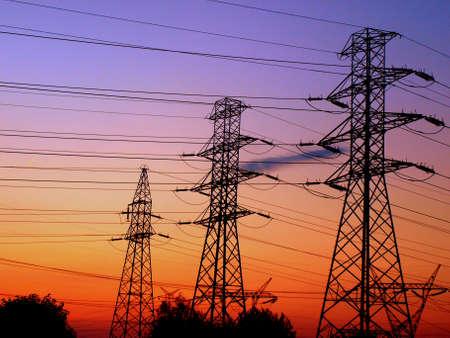 """Trzy wieże elektrycznych w Å›wietle wystawiajÄ…ce sÅ'oÅ""""ce Zdjęcie Seryjne"""