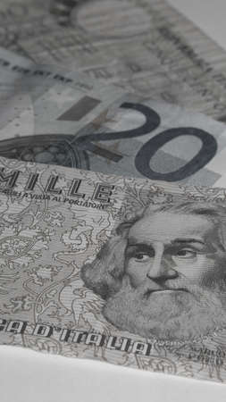 fondo blanco y negro: Euro - Lira - Mejor antes o despu�s - Blanco y Negro Foto de archivo
