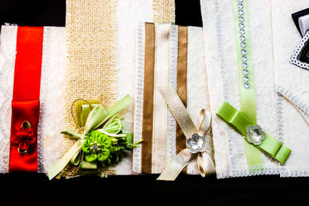 pampering: Colored wedding invitations. Pampering for guests