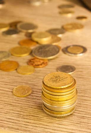 monedas antiguas: Monedas viejas apiladas. Liras italianas.