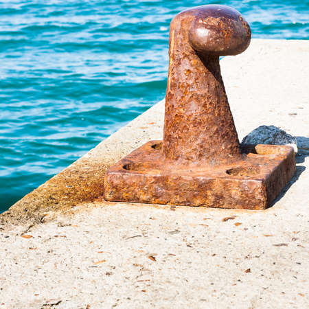 mooring: Rusty bollard for mooring boats .