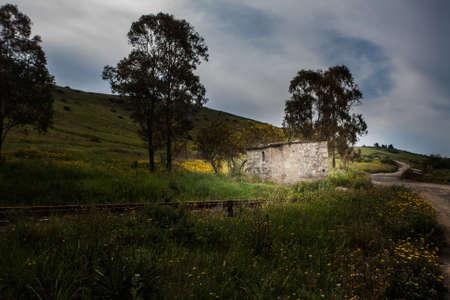 nightime: Campagna casa di pietra Nightime. Casa di pietra in un vecchio passaggio a livello