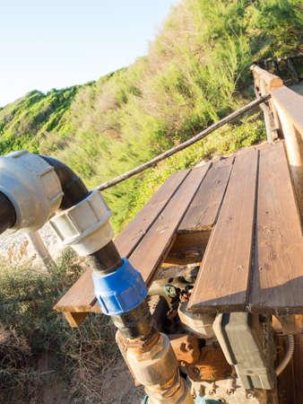 bomba de agua: bombear agua de conexiones. Imagen de una bomba de agua con azul de uni�n