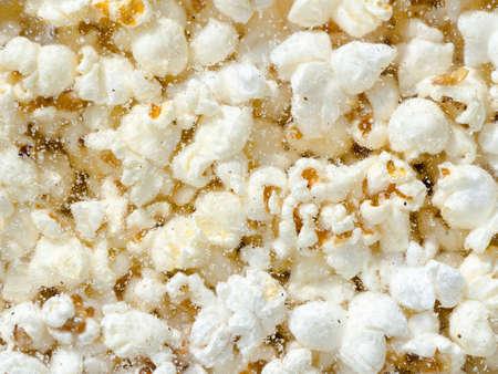 palomitas: Cientos palomitas de fondo. Palomitas de maíz tras el cristal de la máquina de las palomitas
