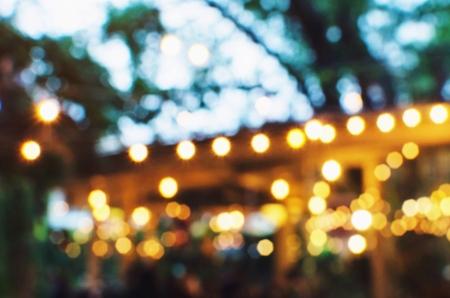 都会の夜の庭で前夜祭の光ボケを抽象化、光の背景をぼかし、ヴィンテージ色のトーン、映画祭休日明るい背景の概念