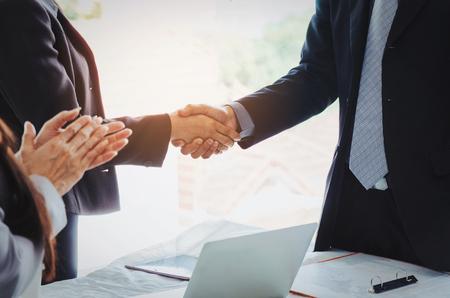 ビジネスのグループは、オフィスでビジネスミーティングを終えた後に握手と拍手手を握る, 成功, 会議, パートナー, チームワーク, コミュニティ, 接続コンセプト, ヴィンテージトーン, 選択的な焦点