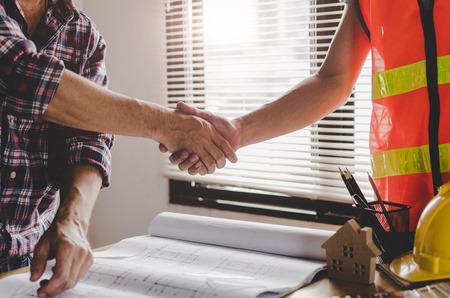 Bauarbeiterteam Händeschütteln nach Beratungsgespräch zur Begrüßung des Startplans neuen Projektvertrag im Bürozentrum auf der Baustelle, Teamwork, Partnerschaft und Auftragnehmerkonzept Standard-Bild