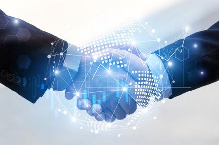 stretta di mano dell'uomo d'affari con effetto mappa mondiale globale collegamento di rete e grafico grafico del diagramma grafico del mercato azionario, tecnologia digitale, comunicazione internet, lavoro di squadra, concetto di partnership Archivio Fotografico