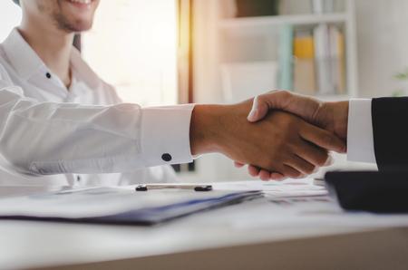Partnerschaft. Zwei Geschäftsleute, die sich nach einem Vorstellungsgespräch im Besprechungsraum im Büro die Hand schütteln, Gratulation, Investor, Erfolg, Interview, Partnerschaft, Teamwork, Finanzen, Verbindungskonzept