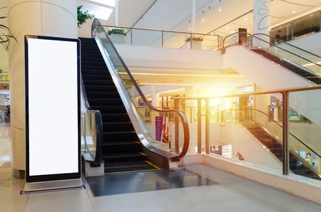 lege showcase billboard of reclame lichtbak voor uw SMS-bericht of media-inhoud met roltrap in modern warenhuis winkelcentrum, winkelcentrum, commercieel en marketing concept