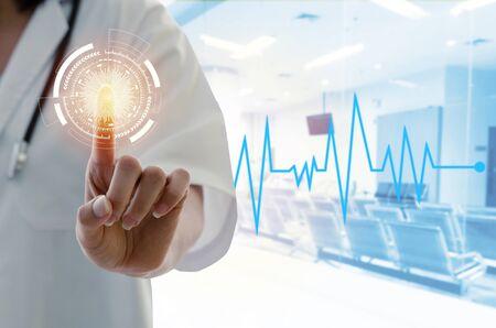 Hand einer Ärztin mit Stethoskop-Hand, die mit seinem Finger und seiner Herzschlaglinie im Krankenhaushintergrund auf die Berührungstaste der virtuellen Bildschirmschnittstelle zeigt, medizinisches Innovationstechnologiekonzept