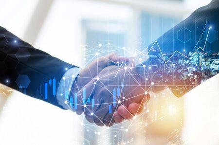 zakenman investeerder handdruk met wereldwijde netwerkverbinding en grafiek grafiek beurs diagram en stad achtergrond, digitale technologie, internetcommunicatie, teamwork, partnerschap concept Stockfoto