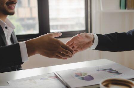 Partnerschaft. Zwei Geschäftsleute, die sich nach dem Brainstorming über den Geschäftsplan im Besprechungsraum im Büro die Hand schütteln, Gratulation, Investor, Erfolg, Interview, Partnerschaft, Teamwork, Finanzkonzept