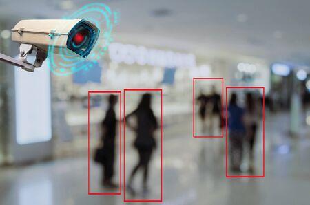 IOT CCTV, Sicherheits-Innenkamera-Bewegungserkennungssystem, das mit Menschen arbeitet, die im Einkaufszentrum einkaufen, CCTV-Lösungsmanagementsystem, Überwachungssicherheit, Sicherheitskonzept für intelligente Technologie Standard-Bild