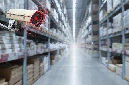 cameratoezicht. bewakingscamera bewegingsdetectiesysteem in magazijninterieur met product op planken in winkelcentrum, cctv-oplossingsbeheer, bewakingsbeveiliging, intelligent technologieconcept